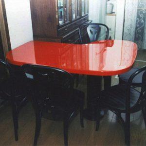 赤のテーブル