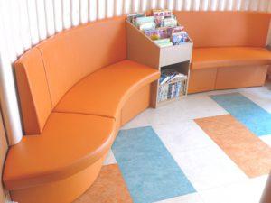オレンジのソファ